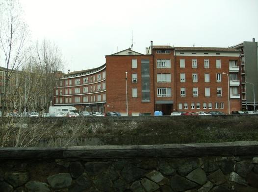 sede INAIL in piazza Europa, vista dall'altra parte del fiume