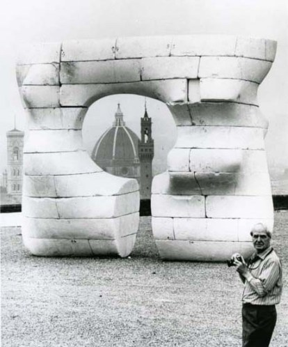 1972 moore con la scultura in polistirolo