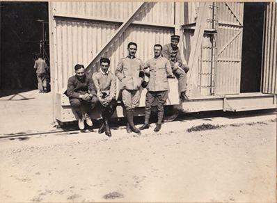 Foto di gruppo davanti alle grandi porte scorrevoli- Collaudo dirigibile M6- Giugno 1916 - Archivio Osti