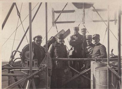 Foto di gruppo sulla navicella- secondo da sinistra il ten. Volterra- giuno 1916- archivio Osti