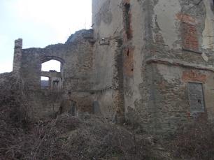 Corpo di fabbrica in rovina a lato della torre